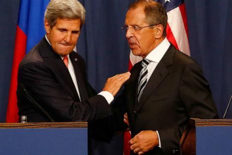 Il Segretario di Stato Usa, John Kerry, a sinistra, con il ministro russo degli Esteri Sergei Lavrov prima della conferenza stampa congiunta a Ginevra, successiva al vertice bilaterale sulla Siria del 14 settembre 2013 (Foto: Reuters/Ruben Sprich)