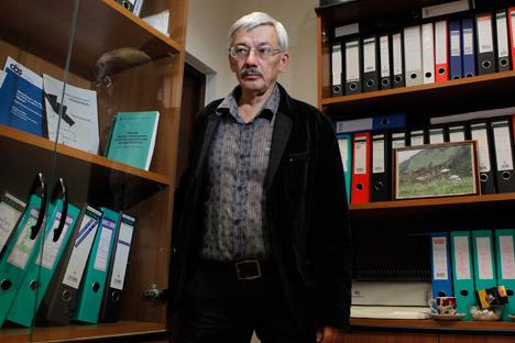 Oleg Orlov, capo del Memorial Centre per i diritti umani, nel suo ufficio a Mosca. Il Memorial Centre ha ottenuto contributi per quasi 200mila dollari per realizzare tre progetti (Foto: Reuters)
