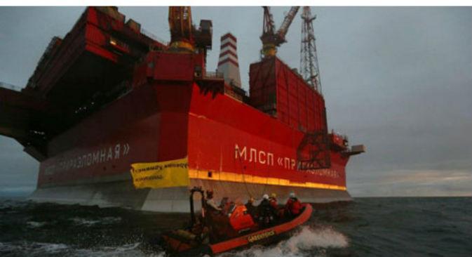 Gli attivisti di Greenpeace in un'azione di disturbo alla piattaforma petrolifera russa nel Mare di Barents (Fonte: Greenpeace Russia)