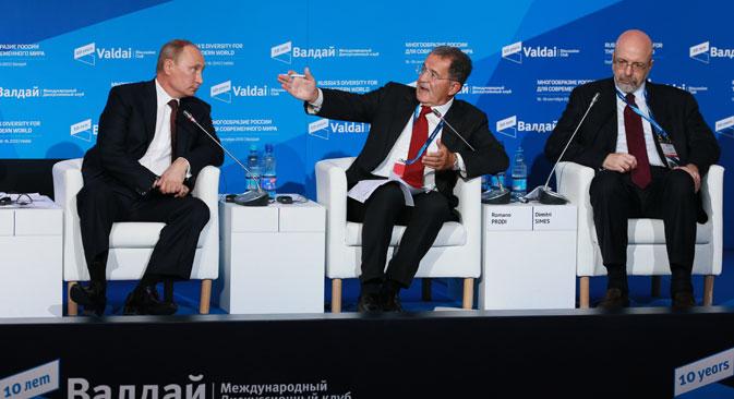 L'ex presidente del Consiglio italiano Romano Prodi (al centro) ha incontrato il Presidente russo Vladimir Putin (a sinistra) in occasione del forum Club Valdai (Foto: Anton Denisov / Ria Novosti)