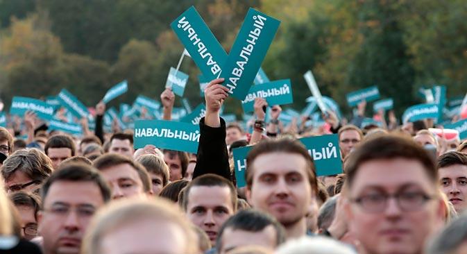 Migliaia di persone si sono riversate in Piazza Bolotnaya a Mosca, a sostegno di Alexei Navalny, esponente dell'opposizione russa, battuto al primo turno da Sergei Sobyanin alle amministrative della capitale (Foto: Reuters)