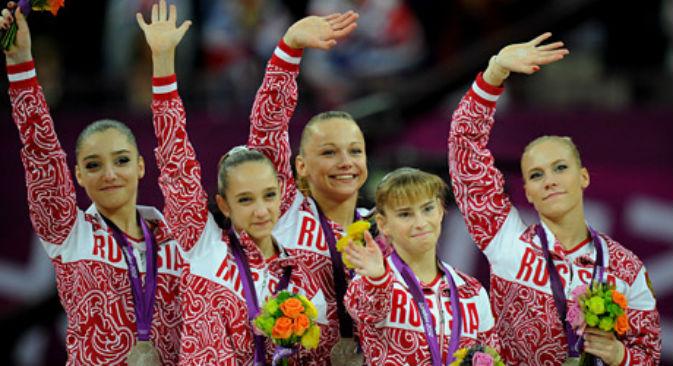 La Nazionale russa di ginnastica artistica sul podio alle Olimpiadi di Londra 2012 (Foto: Itar-Tass)