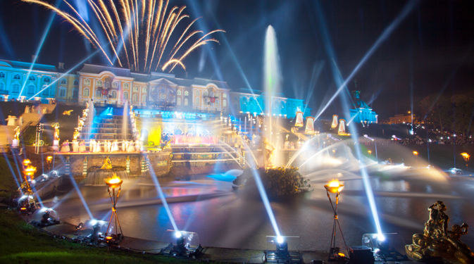 I fuochi d'artificio a Peterhof, la Versailles russa (Foto: Lori/Legion Media)