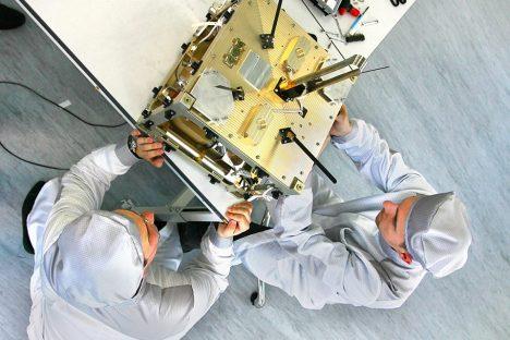 Ingegneri impegnati nella costruzione del velivolo spaziale DX-1 (Foto: Ufficio Stampa / Dauria Aerospace)