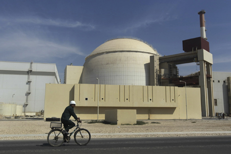 Un operaio davanti al reattore della centrale nucleare di Bushehr, in Iran (Foto: AP / Mehr News Agency / Majid Asgaripour)
