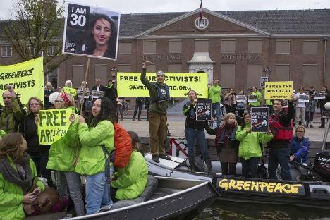 La manifestazione organizzata ad Amsterdam per chiedere il rilascio degli attivisti di Greenpeace, accusati in Russia di pirateria dopo l'assalto alla piattaforma petrolifera di Gazprom (Foto: Bas Beentjes / Greenpeace)