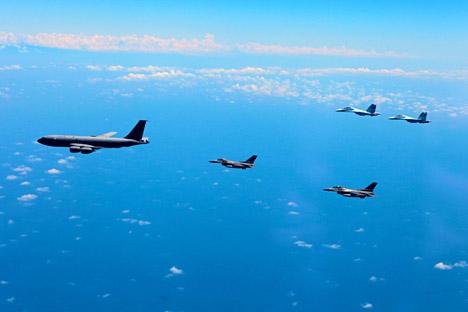 Caccia di Russia e Nato scortano un aereo durante l'esercitazione Vigilant skies 2013 (Foto: Consiglio Nato-Russia)