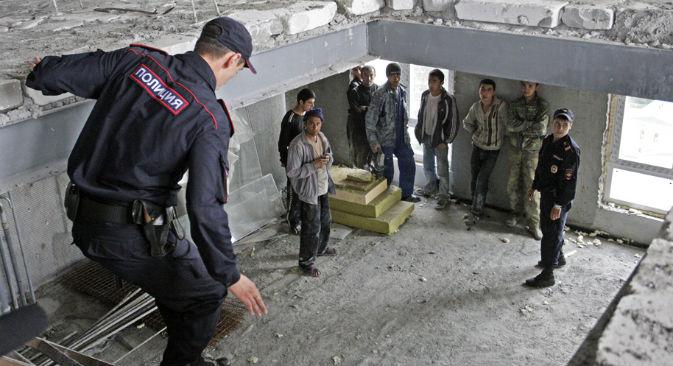 L'irruzione della polizia in un cantiere durante un controllo di contrasto all'immigrazione clandestina, a Mosca nel settembre 2013 (Foto: Tatiana Kravtchenko / RG)