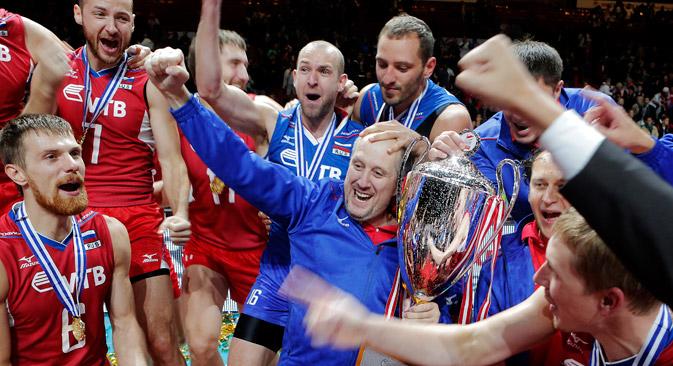 La Russia di volley agli Europei di Copenaghen festeggia la medaglia d'oro, conquistata in finale, battendo l'Italia 3-1 (Foto: AP)