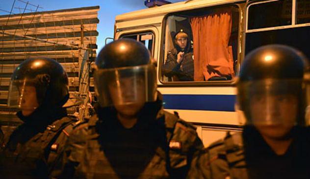 La polizia schierata negli scontri di Biryulevo, a Mosca (Foto: Ramil Sitdikov / RIA Novosti)