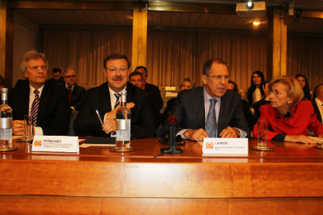 A destra, Emma Bonino e Sergei Lavrov al tavolo dei relatori (Foto: Evgeny Utkin)