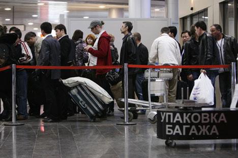 Passeggeri in attesa all'aeroporto di Sheremetevo di Mosca (Foto: Georgy Kurolesin / RIA Novosti)