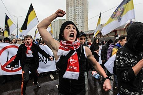 Manifestanti sfilano lungo le strade di Mosca (Foto: Sergei Savostianov / RG)