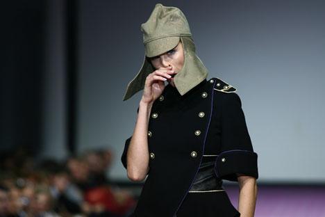 In passerella, copricapo ispirato alla moda del periodo della Rivoluzione (Foto: Itar Tass)