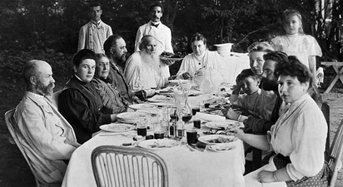 Momento di un pranzo a casa Tolstoj (Foto: Ria Novosti)