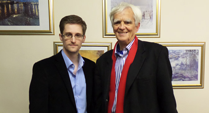 Snowden con il parlamentare tedesco Hans-Christian Strebel (Foto: AFP/East News)