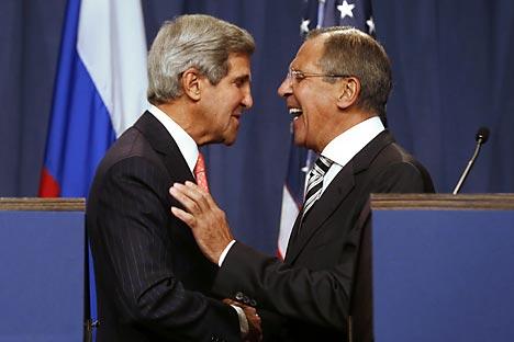 Il ministro russo degli Esteri Sergei Lavrov (a destra) insieme al Segretario di Stato Usa John Kerry (Foto: AFP / East News)