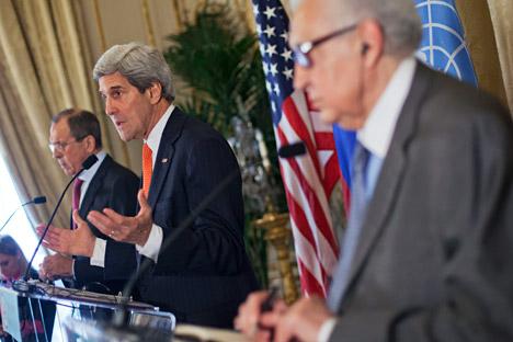 """Il ministro russo degli Esteri Sergei Lavrov (a sinistra) e il segretario di Stato Usa John Kerry (al centro) sono tra i principali promotori di """"Ginevra 2"""" (Foto: AP)"""