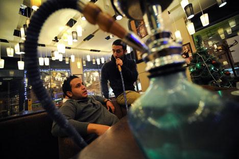 A Mosca vanno molto di moda i locali dove è possibile fumare il narghilè (Foto: Itar Tass)