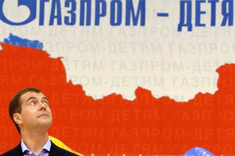 Nel 2011 Gazprom ha erogato 187 milioni di dollari a scopo benefico. In primo piano, il primo ministro russo Dmitri Medvedev (Foto: Itar Tass)