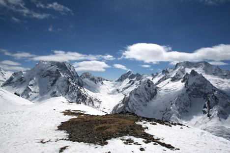 La località di Dombay si sta rapidamente sviluppando  e la stazione sciistica conta attualmente cinque seggiovie che portano da 1.600 metri a 3.000 metri di altitudine (Foto: Lori / Legion Media)