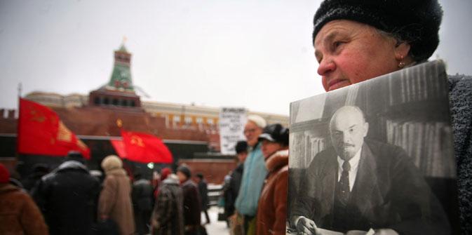 Una donna mostra il ritratto di Lenin davanti al mausoleo in Piazza Rossa a Mosca (Foto: AFP/East News)
