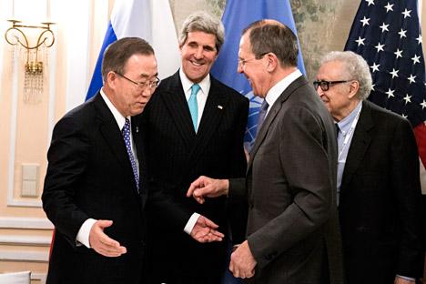 Il Segretario Generale delle Nazioni Unite Ban Ki-moon, il segretario di Stato americano John Kerry e il Ministro degli Esteri russo Sergei Lavrov (Foto: AP)