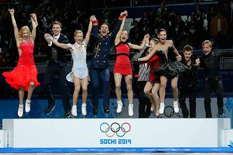 La gioia dei campioni russi di pattinaggio di figura, che hanno conquistato il primo oro di queste Olimpiadi (Foto: Reuters)