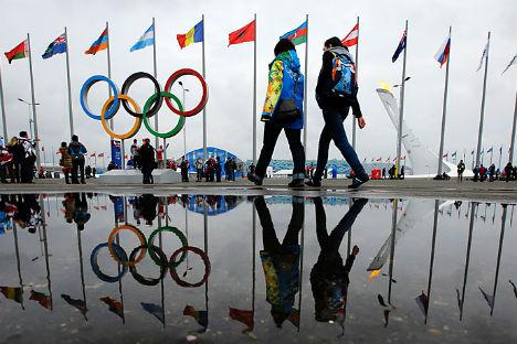 I cinque cerchi olimpici riflessi in una pozzanghera a Sochi (Foto: REUTERS/Brian Snyder)