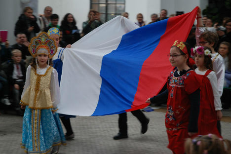 """I bambini della scuola """"Parola russa"""" con la bandiera della Federazione durante una cerimonia a Roma (Foto:www.parolarussa.org)"""