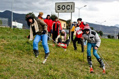 Una delle foto goliardiche scattate a Soci, piccolo paesino in provincia di Arezzo, che per qualche giorno ha goduto della stessa fama della capitale olimpica russa, grazie all'assonanza dei nomi delle due città (Foto: www.enricogori.com)
