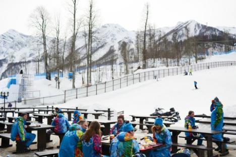 Volontari a Sochi durante un momento di riposto (Foto: Mikhail Mordasov)
