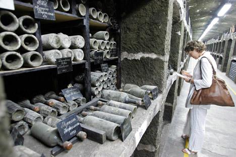 """La produzione di """"Massandra"""", la principale azienda vinicola pubblica in attivo, costituirebbe circa il 18% della quota di vini importati in Russia dalla Crimea. Nella foto, antiche bottiglie di vino esposte nel museo dell'azienda vinicola (Foto: AFP News)"""