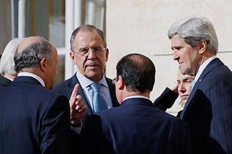 Il ministro russo degli Affari Esteri Sergei Lavrov insieme al segretario di Stato americano John Kerry e al presidente francese Francois Hollande durante un incontro a Parigi sulla crisi ucraina (Foto: AP)