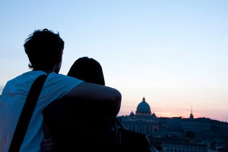 Una coppia si abbraccia guardando il tramonto su Roma (Foto: Getty Images/Fotobank)