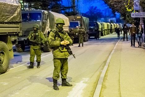 Uomini in divisa presidiano le strade ucraine (Foto: Ria Novosti)