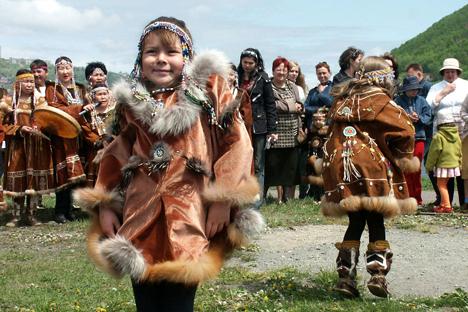 Abitanti della Kamchatka con i costumi tradizionali del luogo (Foto: Itar Tass)