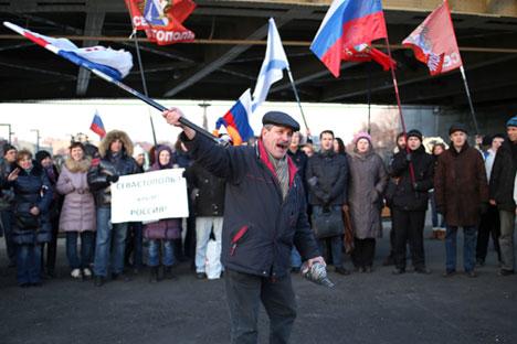 In diverse città della Russia si sono tenute manifestazioni pro e contro l'azione militare in Crimea (Foto: Itar Tass)