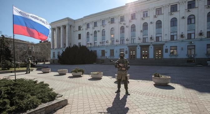 Uomini in tuta mimetica presidiano il centro di Simferopoli (Foto: Sergei Savostyanov / RG)