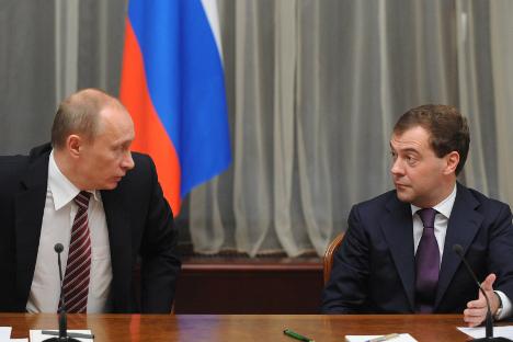 Il Presidente russo Vladimir Putin, a sinistra, insieme al premier Dmitri Medvedev (Foto: Itar Tass)