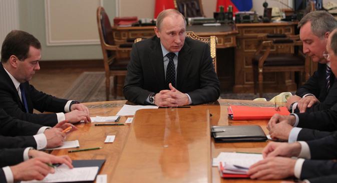 Secondo il Presidente russo Vladimir Putin (al centro), l'Ue dovrebbe fare di più per aiutare Kiev. Mentre la Russia, pur considerando illegittimo il governo ucraino, continua a erogare aiuti economici finalizzati a sovvenzionare l'economia ucraina (Foto: Konstantin Zavrajine/RG)