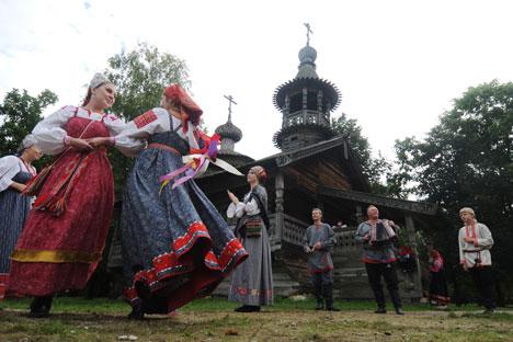 Il Sarafan inizialmente veniva indossato da uomini e donne. All'inizio del 18° secolo invece è diventato un abito prettamente femminile (Foto: Konstantin Chalabov / RIA Novosti)