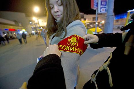 Una giovane volontaria del gruppo di guardie popolari Druzhina (Foto: Kirill Kalinnikov / RIA Novosti)