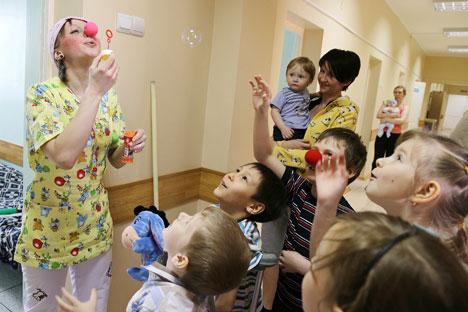 Volontari in una casa-famiglia per bambini (Foto: Ria Novosti)