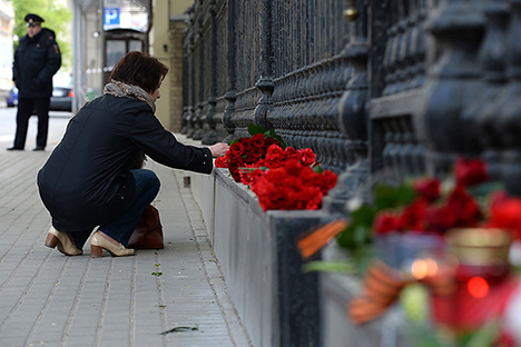 Fiori davanti all'ambasciata ucraina a Mosca (Foto: Maksim Blinov / Ria Novosti)