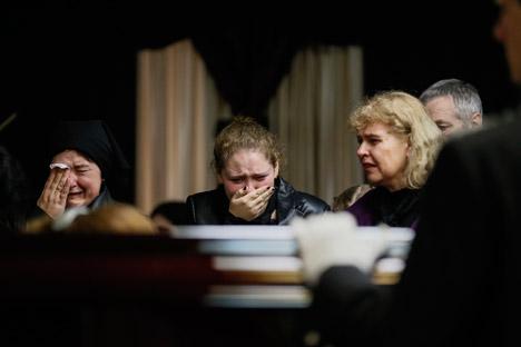 Alcune donne piangono i morti di Odessa (Foto: Reuters)