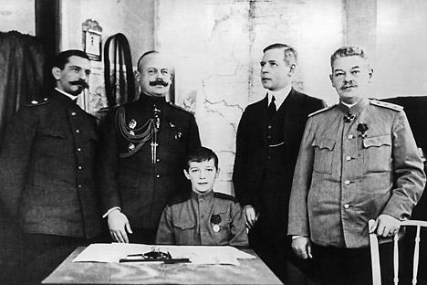 Lo tsarevich Alexei (al centro), insieme all'insegnante di inglese, Charles Sydney Gibbes (il secondo da destra). (Foto: Itar Tass)