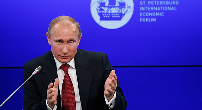 Il Presidente russo Vladimir Putin al Forum economico di San Pietroburgo (Foto: Reuters)