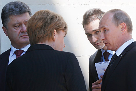 Il Presidente russo Vladimir Putin insieme alla cancelliera tedesca Angela Merkel e al neoeletto presidente dell'Ucraina Petro Poroshenko (Foto: AP)