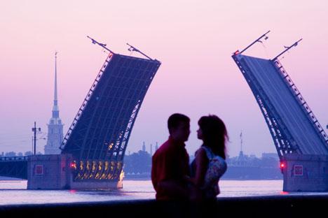 Il sollevamento notturno dei ponti a San Pietroburgo (Foto: Alamy / Legion Media)
